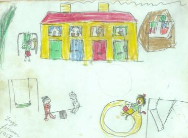 Rækkehus med tøj på tørrestativ og der bankes tæpper og børnene leger 1958
