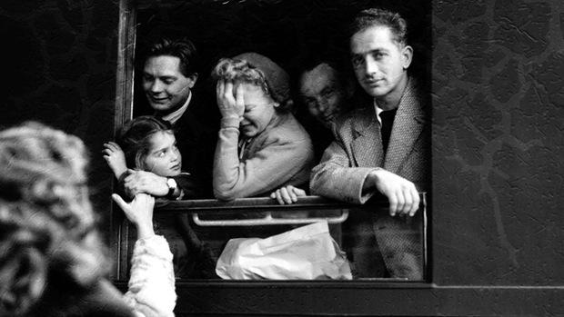 polfoto-ungarske-flygtninge-forlader-deres-hjem-1956