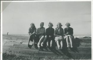 Min mor Ruth nr. to fra venstre