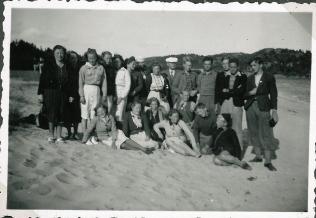 Klassen og lærerne ved stranden ved Mandal. Min mor holder en dreng i hånden på første række?