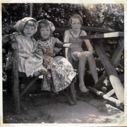 Vi klæder os ud med Karin sommeren 1953 2 1/2 år