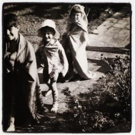 Vi klæder os ud og går på varme fliser sommeren 1954 sammen med naboens barnebarn Ole