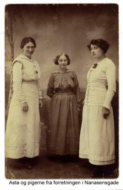 """Min mormor Asta til venstre den """"lille elev"""" i midten og Thea Schraeder indehaveren i forretningen"""