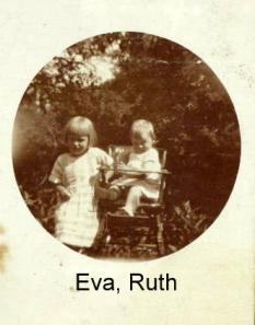 Ruth i høj stol Eva ved siden af
