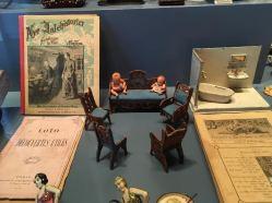 Bøger, blade og dukkestue interiør, stue og badeværelse