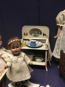 Lille porcelændukke og servantestel