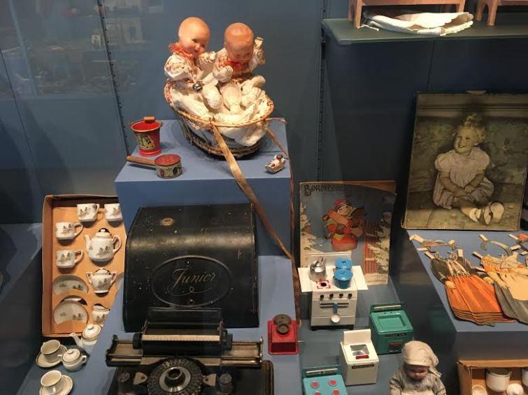 dukkestueting og påklædningsdukker og små dukker i kurv