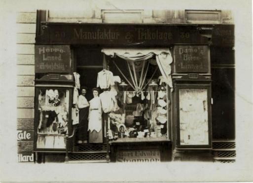 Asta til venstre og fru Schraeder til højre i døren til Manufakturforretning Nansensggade 30 København K