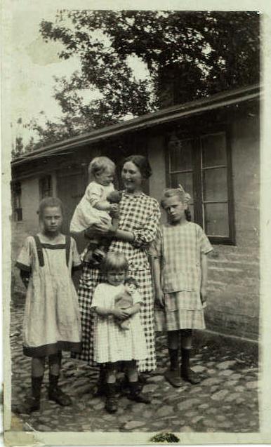 Lotchen står yderst til venstre ved min mormor og min mor og søskende