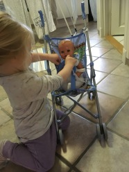Toårig og gammel dukke foto tilhører MH