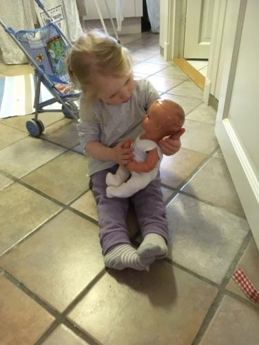 To-årig med gammel babydukke foto tilhører MH