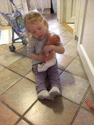 To årig med gammel dukke foto tilhører MH