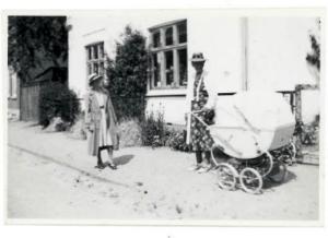 Min mormor med min fætter i barnevogn 1944/45