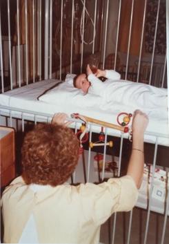 Børnehospitalet Fuglebakken 1978 en sygehjælper og en lille patient