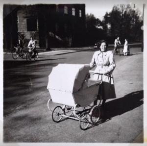 Mor med barnevogn-1