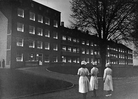 000256f040_bispebjerg_hospital_med_lys_i_vinduerne_4_maj_1945 Sygeplejehistorisk museum