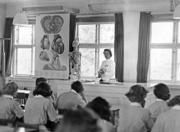 Fr. Koefod underviser i 1960'erne Bispebjerg hospital. Foto sygeplejemuseet