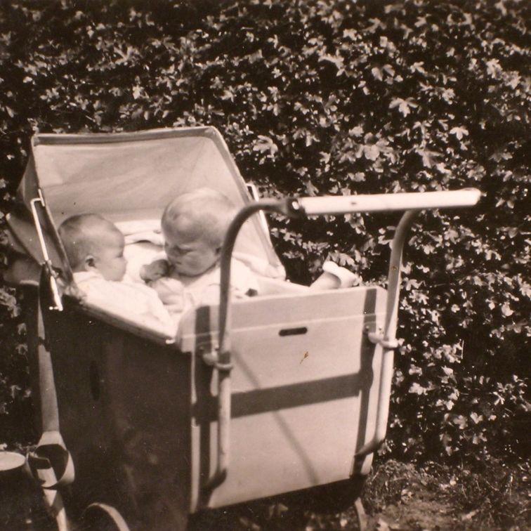 Käthe Larsen 1929 to babyer i barnevogn