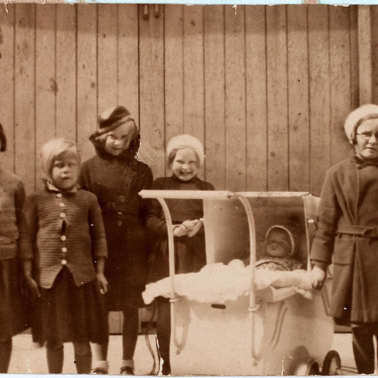 Käthe Larsen 1929 børn i gård med dukkevogn i samme model som midterbilledet