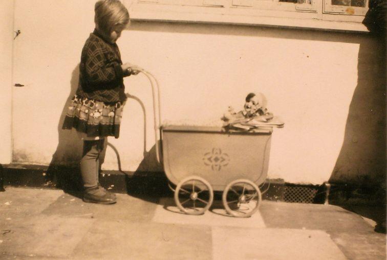 Käthe Larsen 1929 pige i gård med dukkevogn