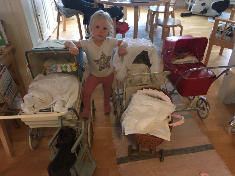 Erika i mellem mine gamle dukkevogne september 2017