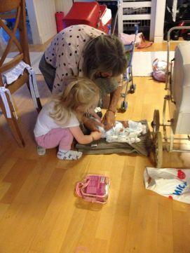 Mormor og Erika ordner en dukke, mens vi passer hende for første gang her