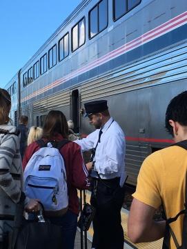 Der anvises pladser i der rette vogne på Salinas station