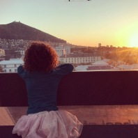 Zoe kigger på solnedgang i Sydafrika 2017