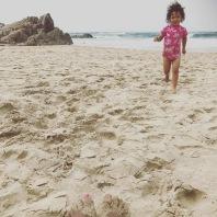 Zoe på stranden i Sydafrika september 2017