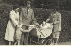 Jeg sidder ved styret i min mors venindes barnevogn i Bagsværd 1953
