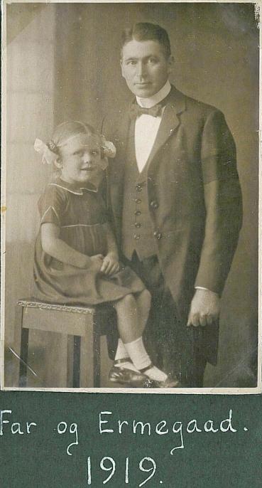 Ermegaard 3 år og hendes far i 1919 Emry med sørgebind