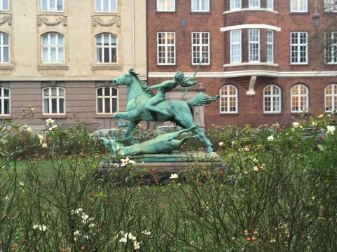 Trondhjems Plads mod Østbanegade og Østerbro station. Dianna til hest af Carl J. Bonnesen