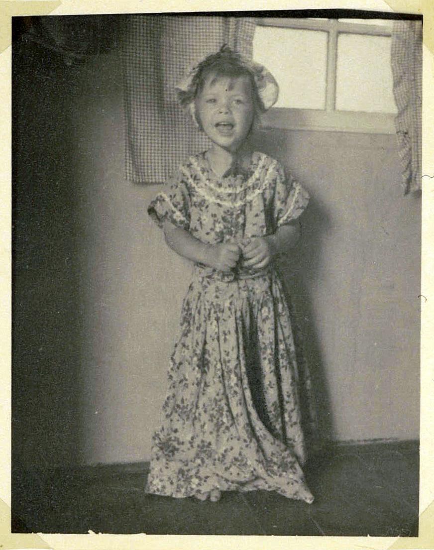 Med min mors kjole i sommerhuset på Agerledet ti i 1953