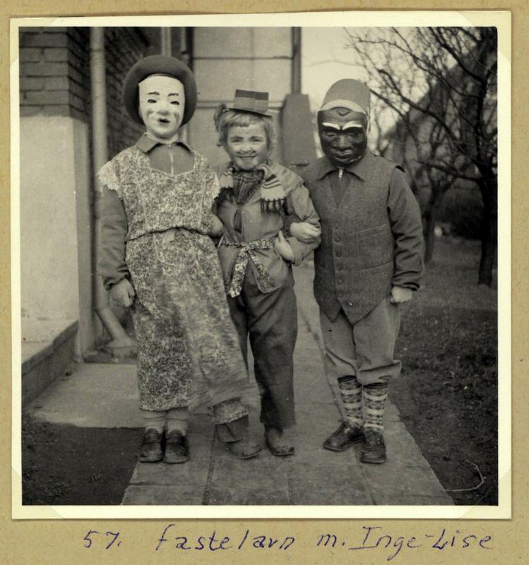 Fastelavn med legekammerat i 1957