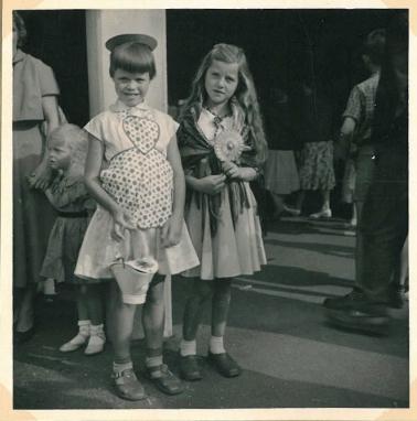 Til byfest og optog i august 1958 med skolekammerat Hanne