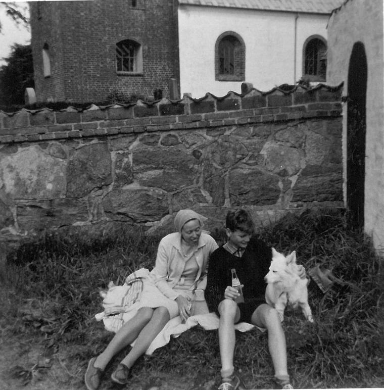 Mor Torben og Banik ved en kirke i nærheden
