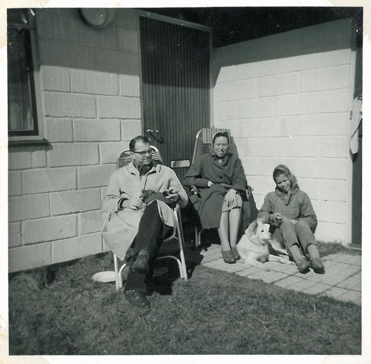 Ved indgangsdøren til sommerhuset i 1962