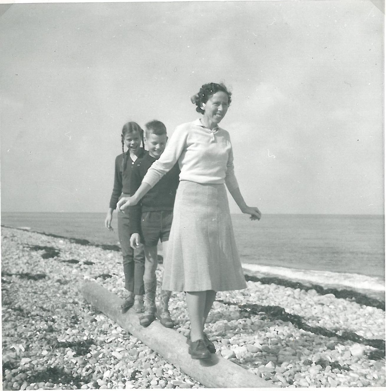 Vejby Strand august 1962. Min mor Ruth og Torben og jeg på line