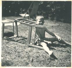 Lynæs 1956 hos Kotzelu's. Torben har bygget en bil