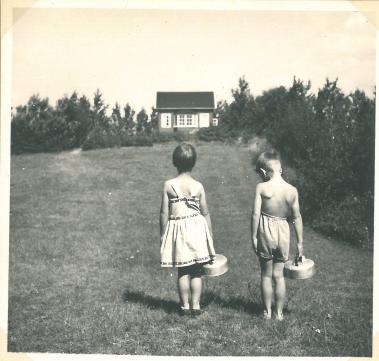Lynæs 1956 hos Kotzelu's. Der hentes vand