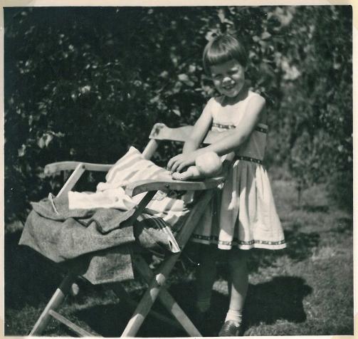 Humlebækstolen skabt om til en vugge. Sommerferie i Lynæs 1956