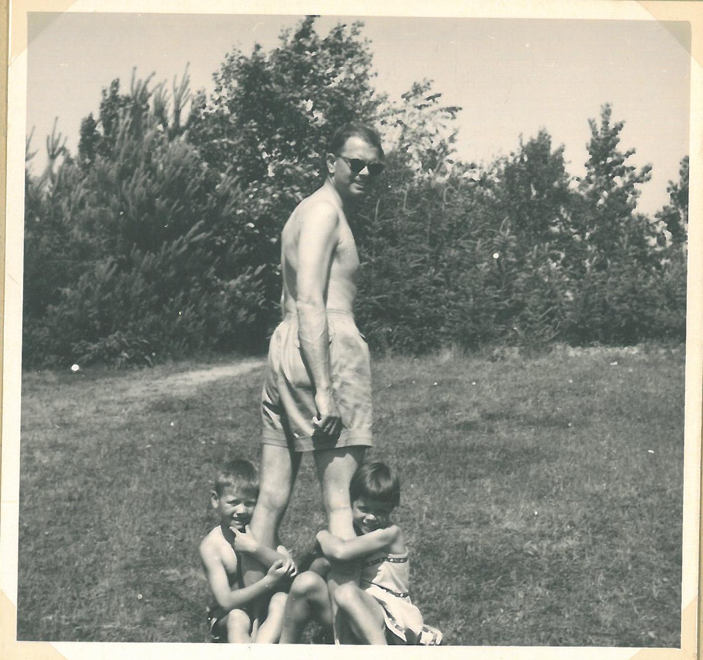 Lynæs 1956 hos Kotzelu's. Vi var ved at være for store til, at vores far kunne rokke med benene