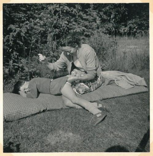 Lynæs 1958 hos Kotzelu's. Min mor syr mine bukser