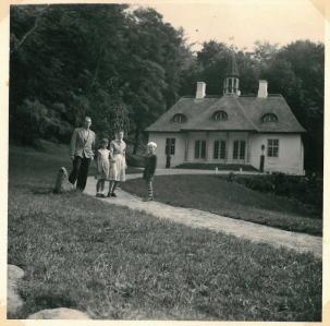 Ved Liselund Slot ved Møns Klint 1960