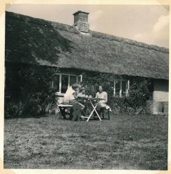 Morgenmad ved det stråtækte hus på Møn 1957