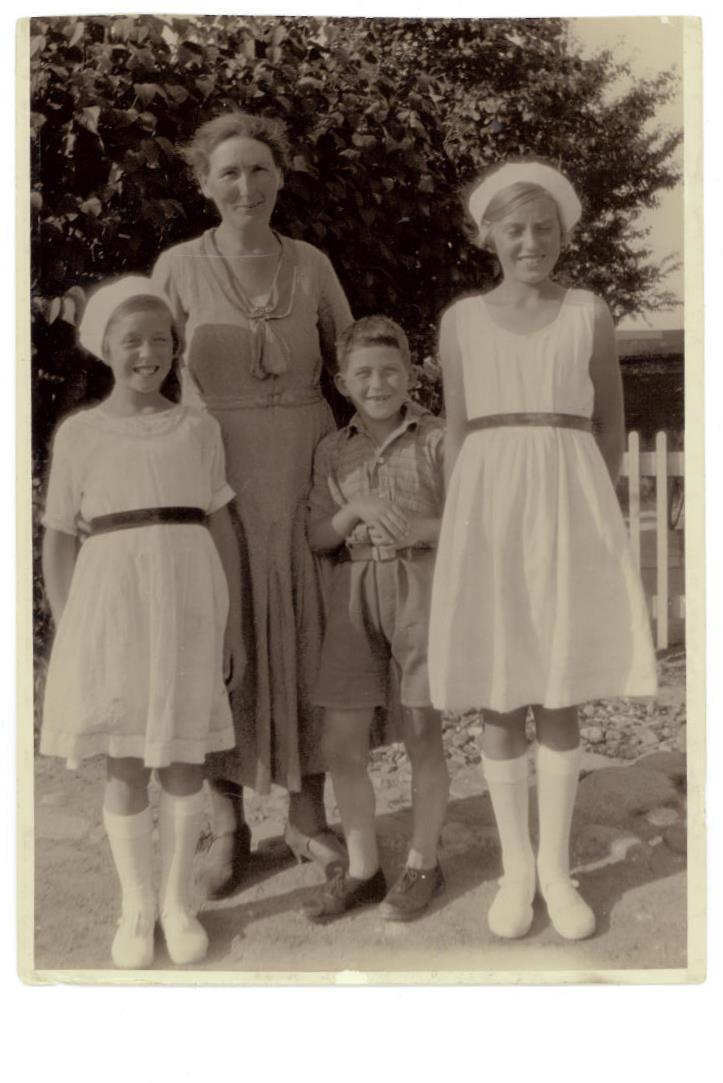 Min mor til venstre og søster Eva til højre i deres dansekjoler.