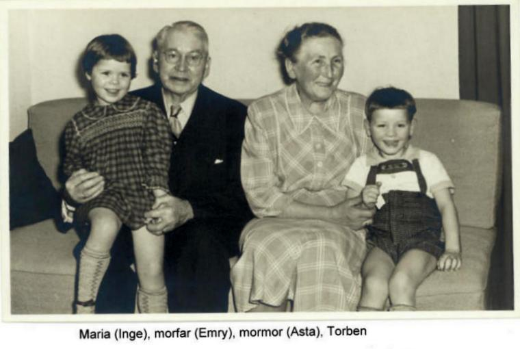 Min bror og jeg med vores morforældre