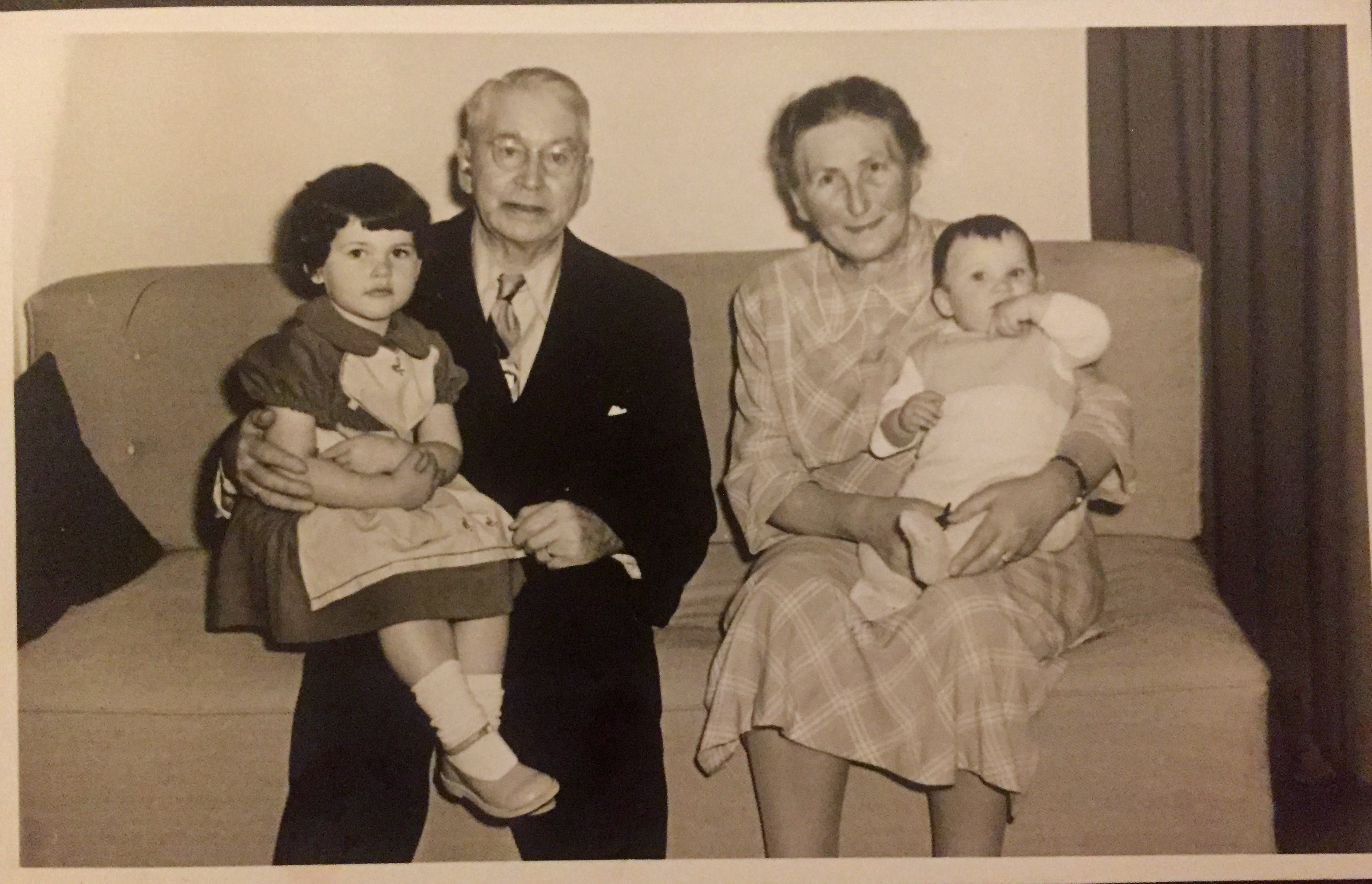 Min kusine og fætter hos deres farfar Emry og farmor Asta