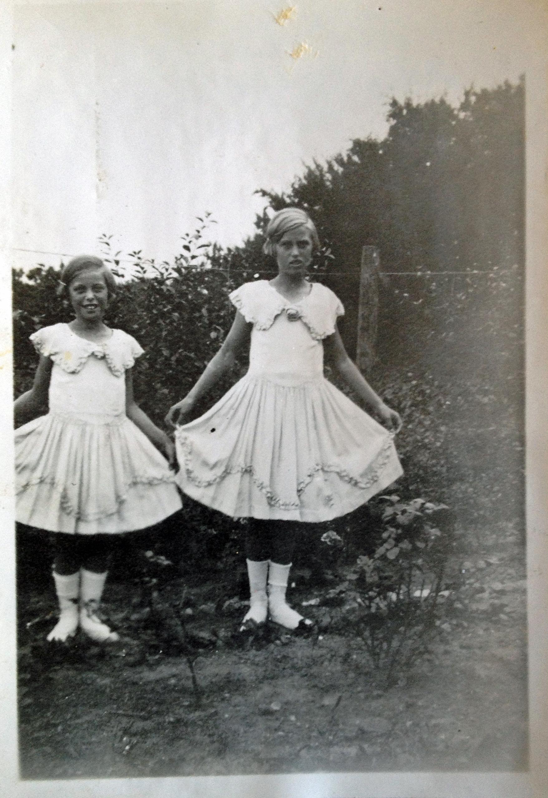 Ruth til venstre og Eva til højre med dansekjoler og sko