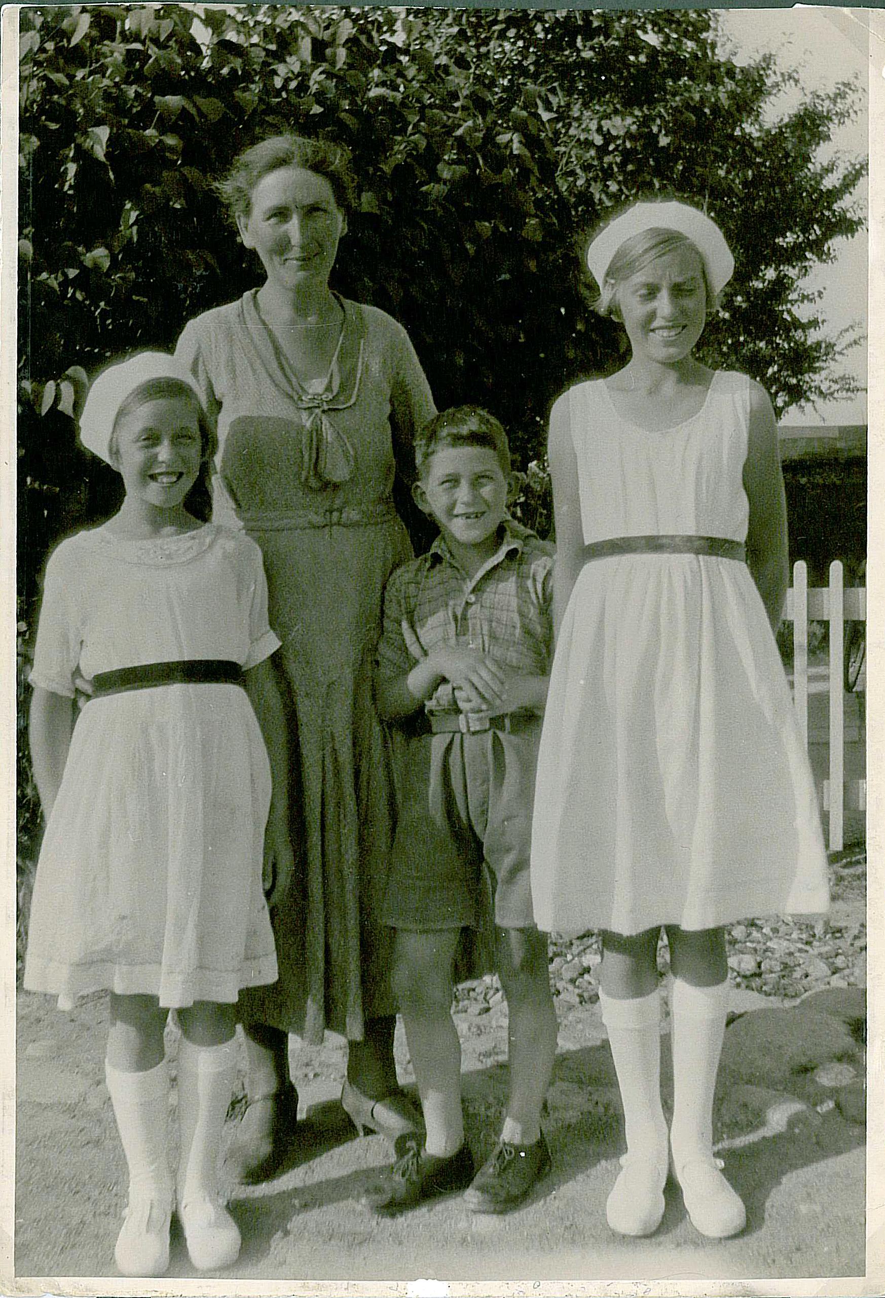 Ruth, Asta, William og Eva foran Mathavej 5 en varm sommerdag